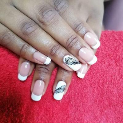 Ongle french blanc plume noire